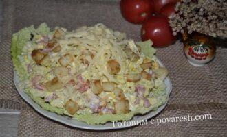 салат из пекинской капусты с курицей помидорами и сухариками