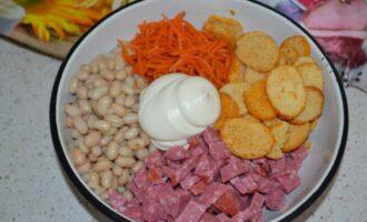 Салат из фасоли с сухариками и копченой колбасой и корейской морковью