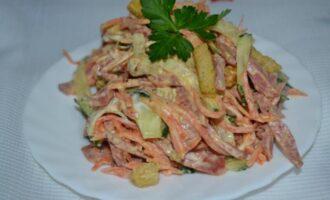 Салат с корейской морковью и копченой колбасой и свежим огурцом с сухариками