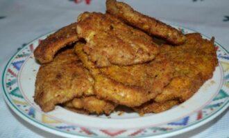отбивные из куриного филе в яйце и панировочных сухарях