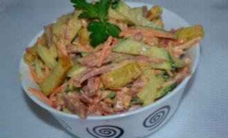 салат с корейской морковью сухариками копченой колбасой и огурцом