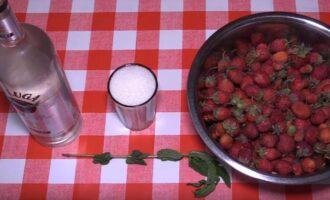 Настойка из клубники на водке с мятой