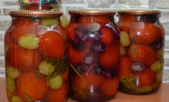 Помидоры консервированные с виноградом на зиму