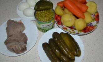 Салат оливье с говядиной и солеными огурцами