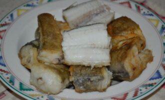 Жареный хек на сковороде в муке кусочками