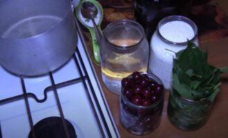 Вишневый ликер с листьями на водке