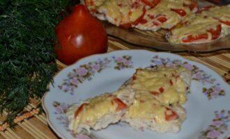 Куриные отбивные с помидорами луком и сыром в духовке