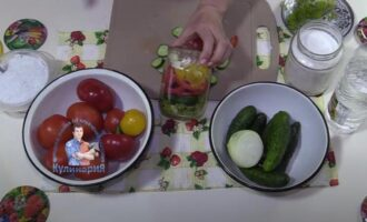 Салат на зиму из огурцов, помидор, перца и лука слоями
