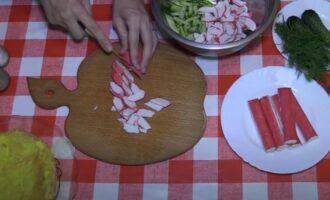 Салат с яичными блинчиками и крабовыми палочками и огурцом