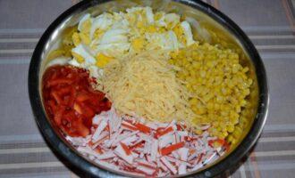 салат из крабовых палочек с сыром и болгарским перцем