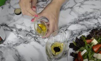 салат с рукколой и клубникой и моцареллой и кедровыми орешками