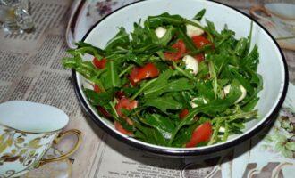 салат с рукколой помидорами черри и моцареллой