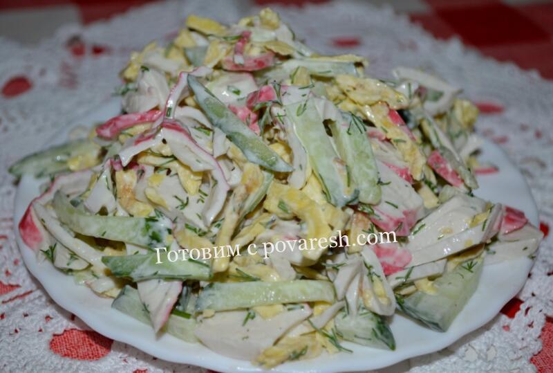 салат с яичными блинчиками и крабовыми палочками