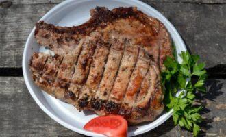 стейк из свинины на косточке на мангале
