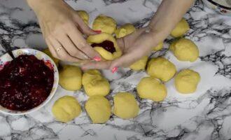 Дрожжевые пирожки с вишней в духовке