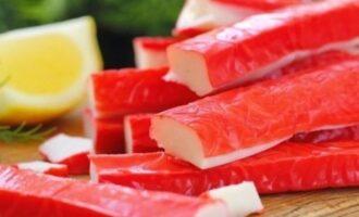Как правильно резать крабовые палочки в салат
