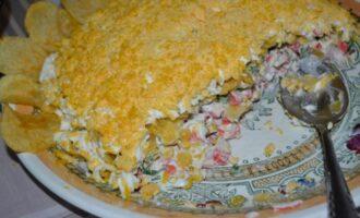 Салат с крабовыми палочками и чипсами слоями