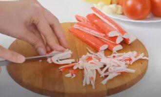 как резать крабовые палочки в салат