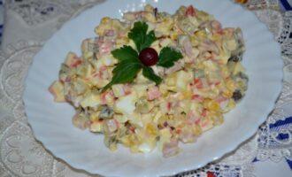 салат с крабовыми палочками и солеными огурцами и кукурузой