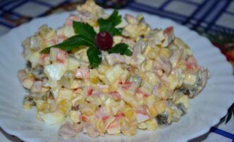 салат с крабовыми палочками и солеными огурцами, и кукурузой