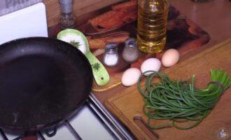 чесночные стрелки жареные с яйцом