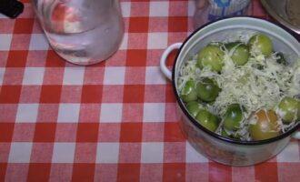 Зеленые помидоры с капустой
