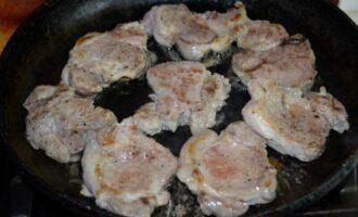 Свиная вырезка на сковороде