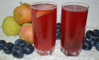 Компот из слив и яблок в кастрюле на каждый день для питья