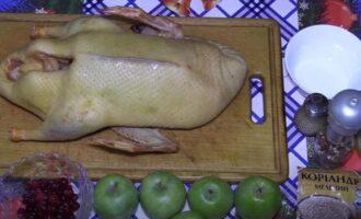 Утка с яблоками и клюквой