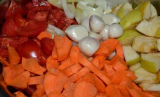 аджика на зиму с яблоками и морковкой помидорами и болгарским перцем на зиму