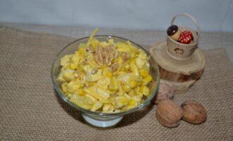 Салат с ананасом курицей сыром и кукурузой