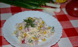 Салат с копченой колбасой помидорами и сыром