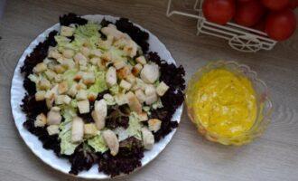 салат цезарь с пекинской капустой и курицей и сухариками и помидорами