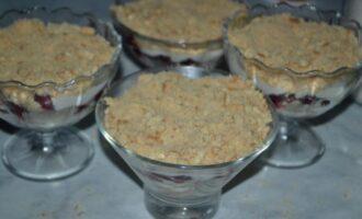 Десерт в креманках с печеньем и творогом без выпечки
