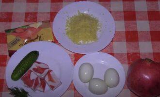 Яйца фаршированные крабовыми палочками и сыром