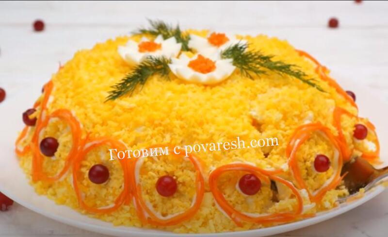 салат с жареными шампиньонами и курицей и корейской морковкой слоями