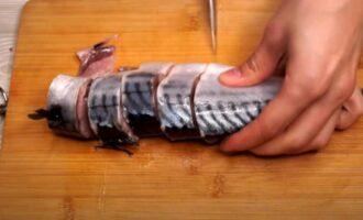 как посолить скумбрию в рассоле кусочками с луком