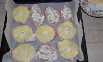 Куриная грудка с ананасами в духовке под сыром