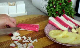 Тарталетки с крабовыми палочками и ананасом