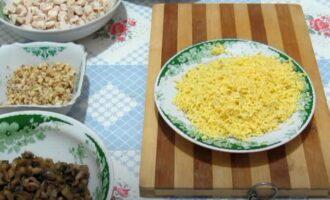 Салат 8 марта с курицей, грибами и черносливом