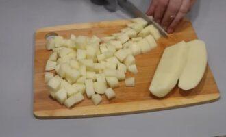 окрошка на квасе со сметаной и колбасой