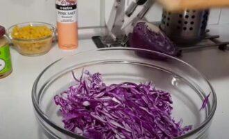 салат из краснокочанной капусты с кукурузой