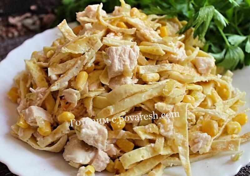 салат с яичными блинчиками и кукурузой и курицей