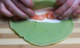 Зеленые блинчики со шпинатом и красной рыбой