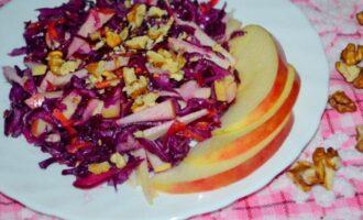 Салат из краснокочанной капусты с яблоками и грецкими орехами