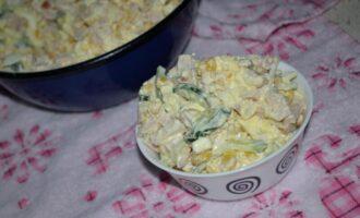Салат с ветчиной кукурузой сыром и свежим огурцом