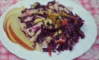 салат с красной капусты грецкими орехами и яблоками