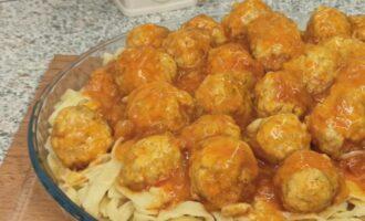 фрикадельки на сковороде с подливкой из томатной пасты