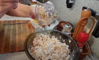 Салат с копченой курицей и маринованными грибами и кукурузой