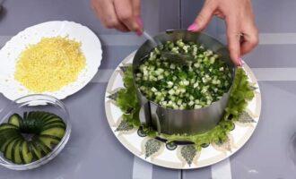 Салат из печени трески с кукурузой слоями